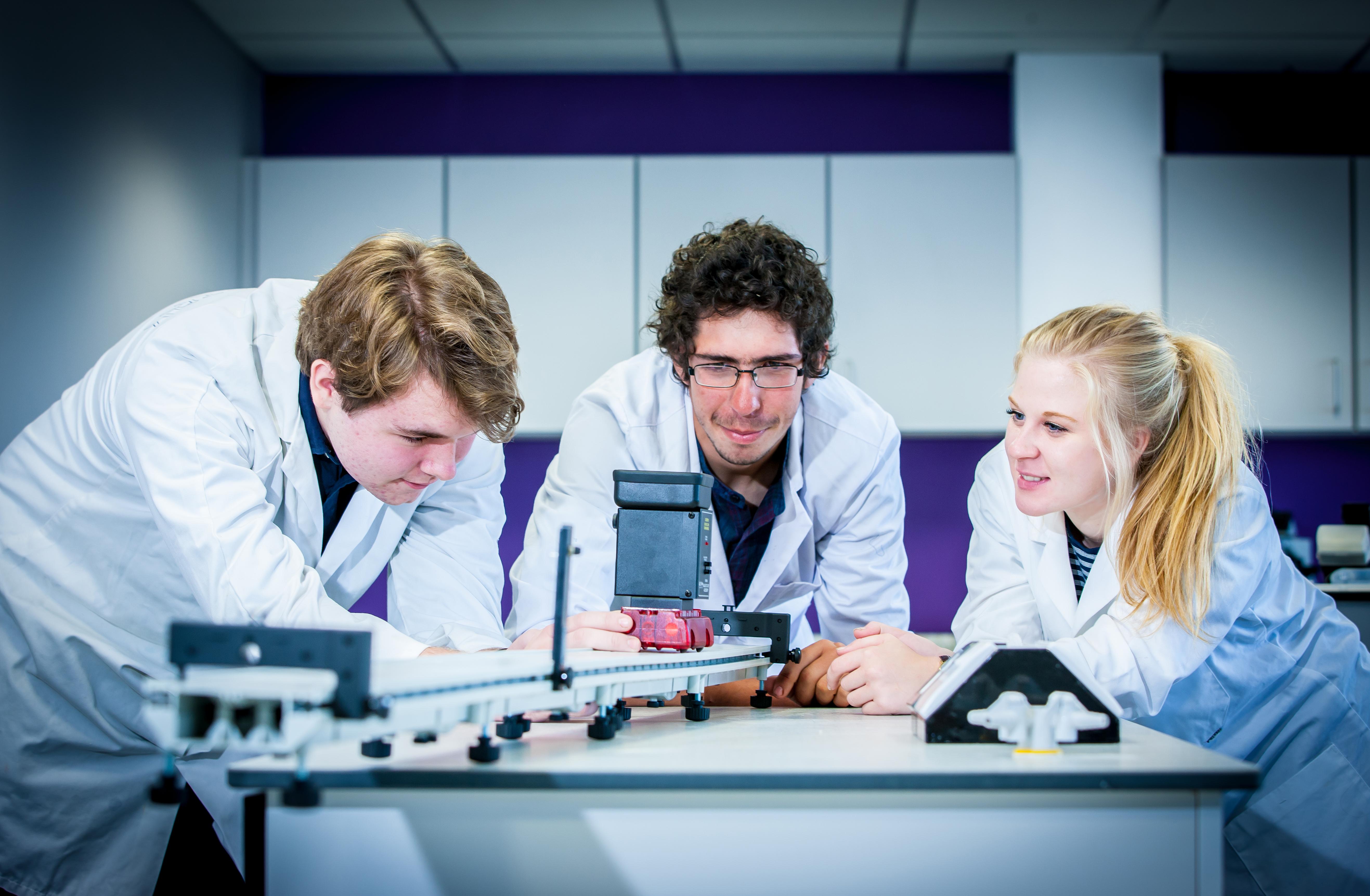 16 18 science 1 - Rok szkolny za granicą